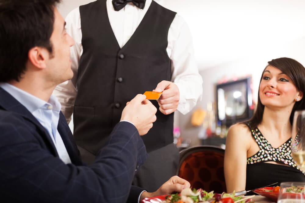 Как не нужно фотографировать человека в ресторане три