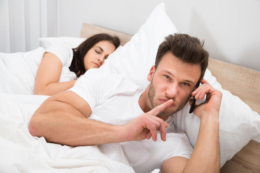 Муж жена и любовник в постели